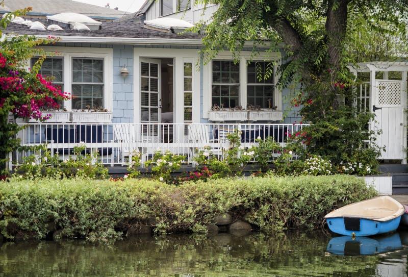 Canais de Veneza, casa colorida confortável com barco - praia de Veneza, Los Angeles, Califórnia foto de stock