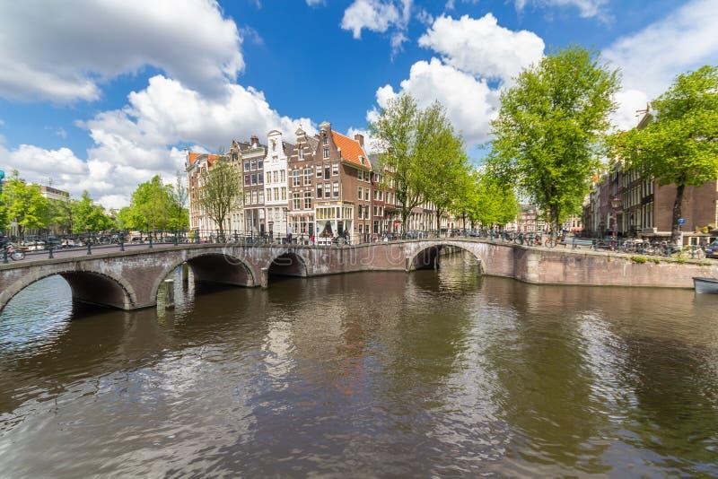Canais do capital de Amsterdão dos Países Baixos imagem de stock