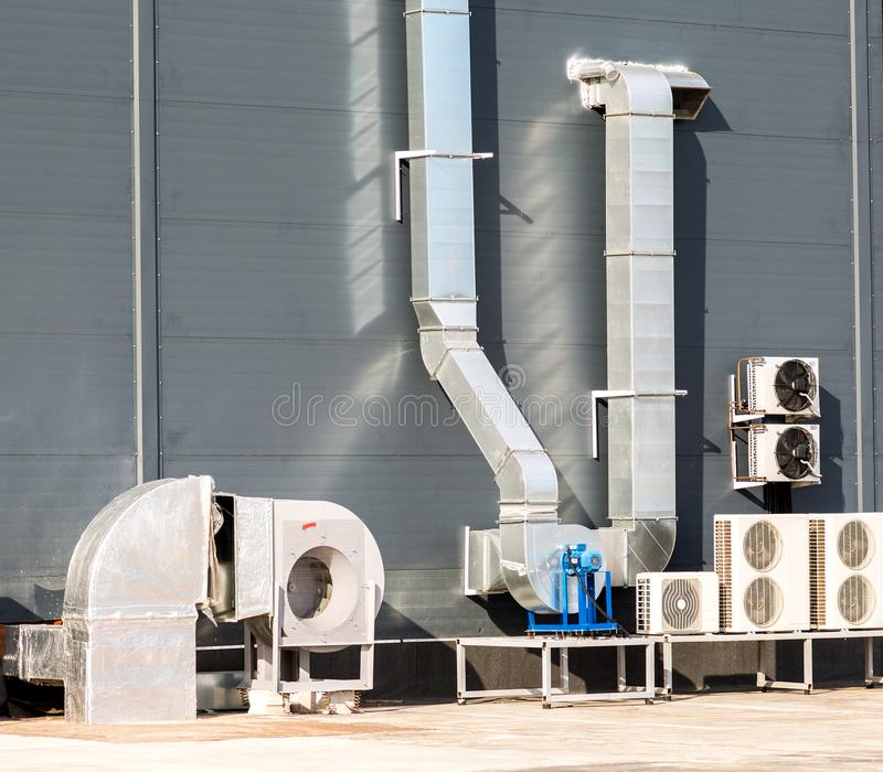 Canais do respiradouro de ar do condicionamento de ar e do sistema de ventilação no fotografia de stock