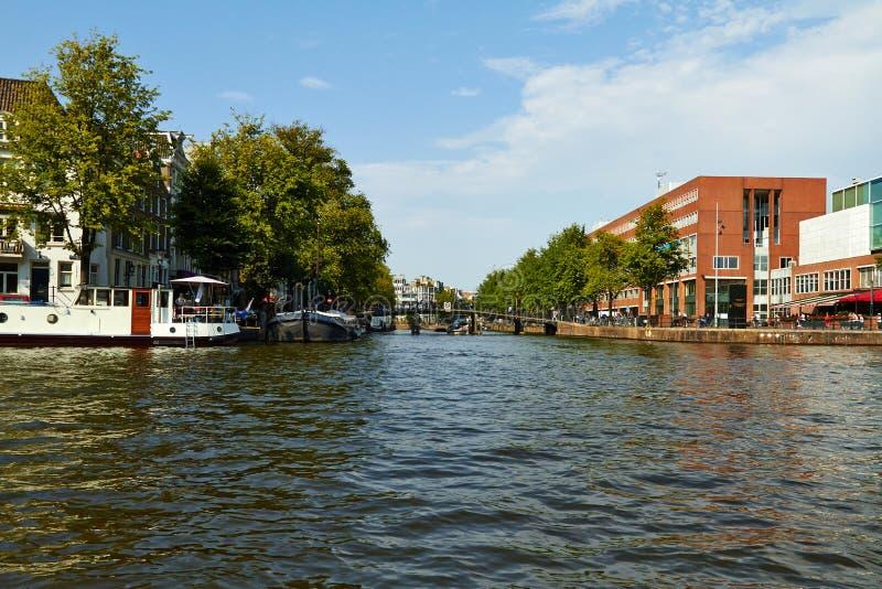 Canais e barcos de Amsterd?o imagem de stock royalty free