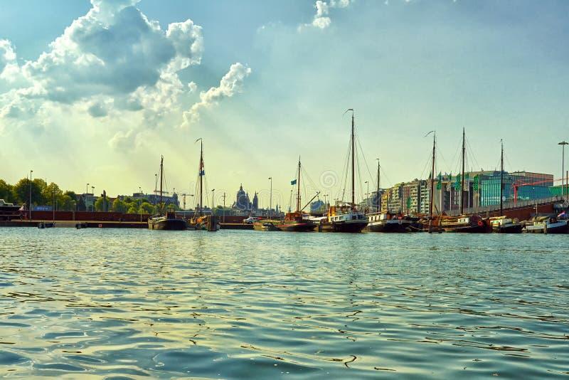Canais e barcos de Amsterd?o fotos de stock royalty free