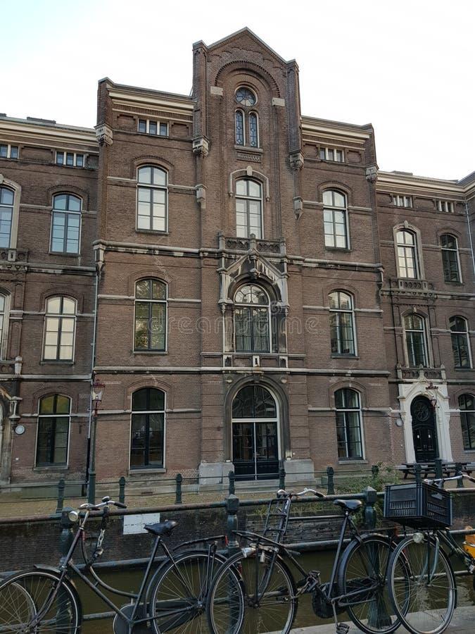 Canais e construções da água em Amsterdão foto de stock royalty free