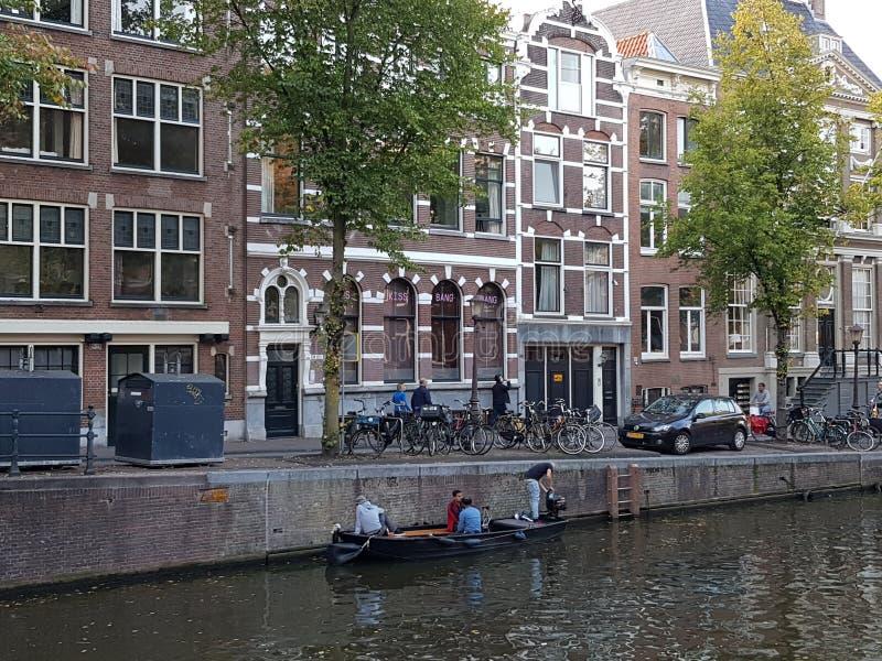 Canais e construções da água em Amsterdão fotografia de stock royalty free