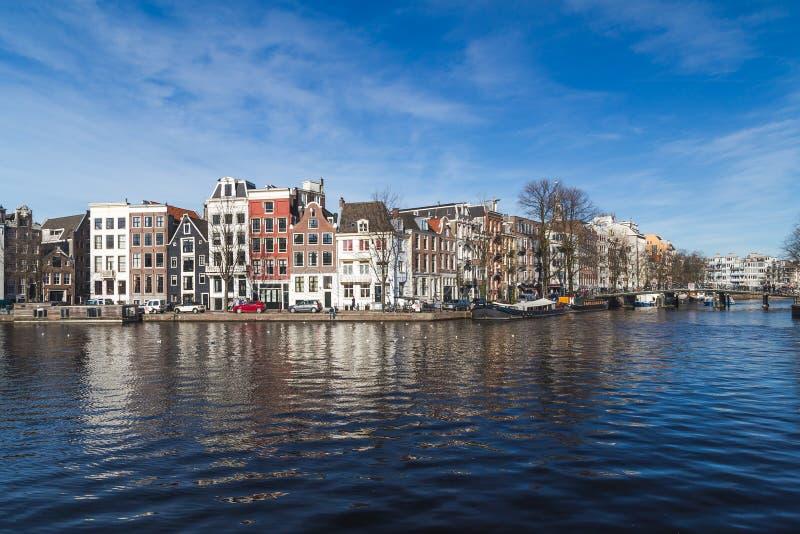 Canais em Amsterdão durante o dia imagem de stock royalty free