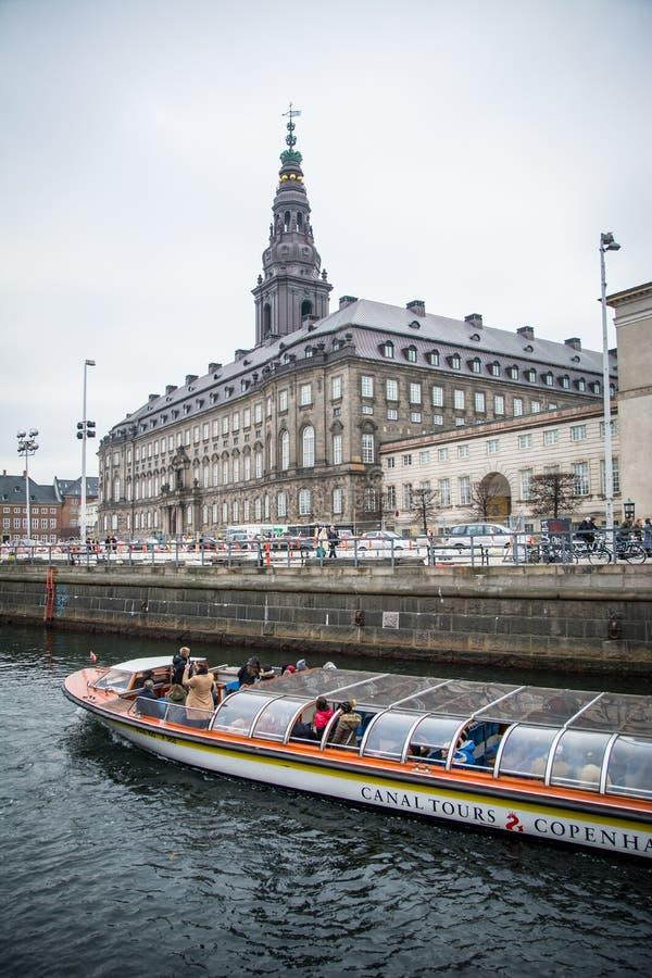 Canais em Copenhaga Aqui passando o castelo de Christiansborg dinamarca imagens de stock royalty free