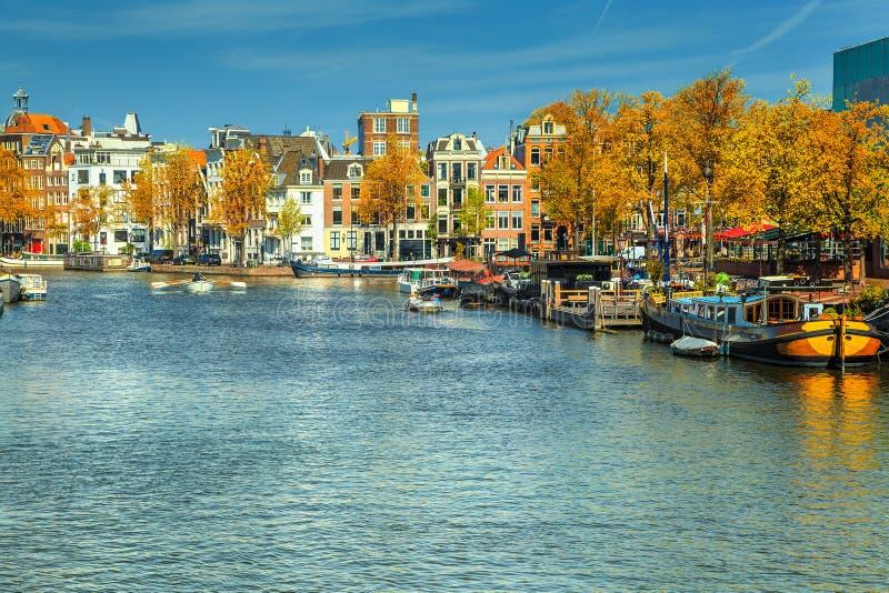 Canais fantásticos de Amsterdão com barcos e portos, Países Baixos, Europa foto de stock royalty free