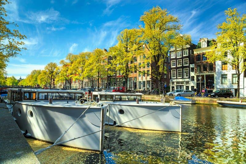 Canais típicos de Amsterdão com barcos e portos, Países Baixos, Europa imagens de stock