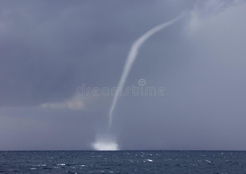 Canalón de agua, tornado del agua, tornado del agua en el mar fotos de archivo libres de regalías