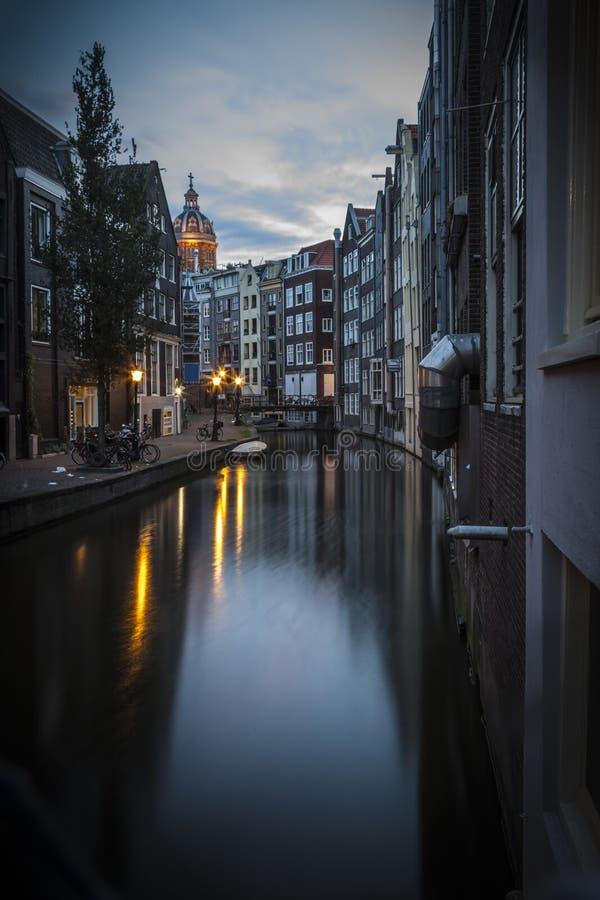 Canal à Amsterdam, début de la matinée images stock
