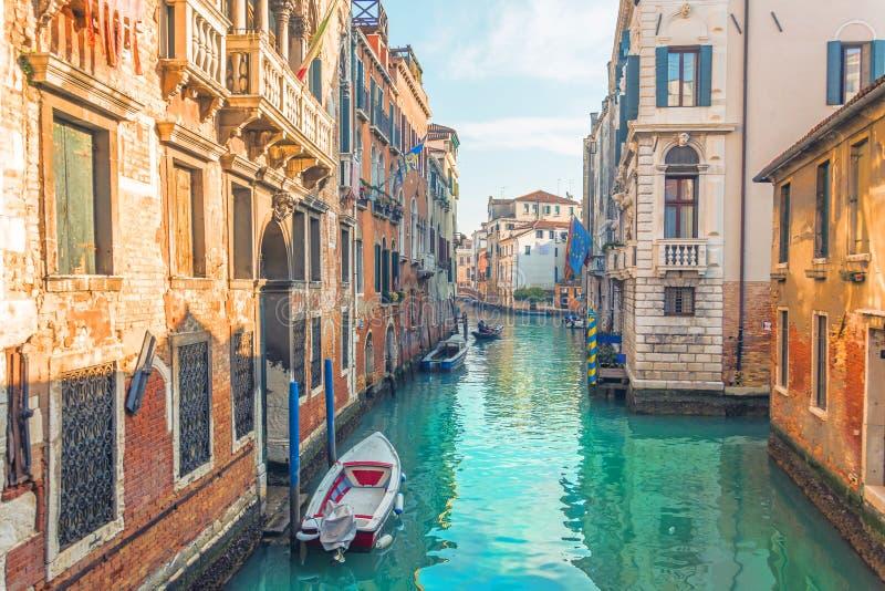 Canal à Venise, vue de l'architecture et des bâtiments Vue urbaine typique photographie stock libre de droits