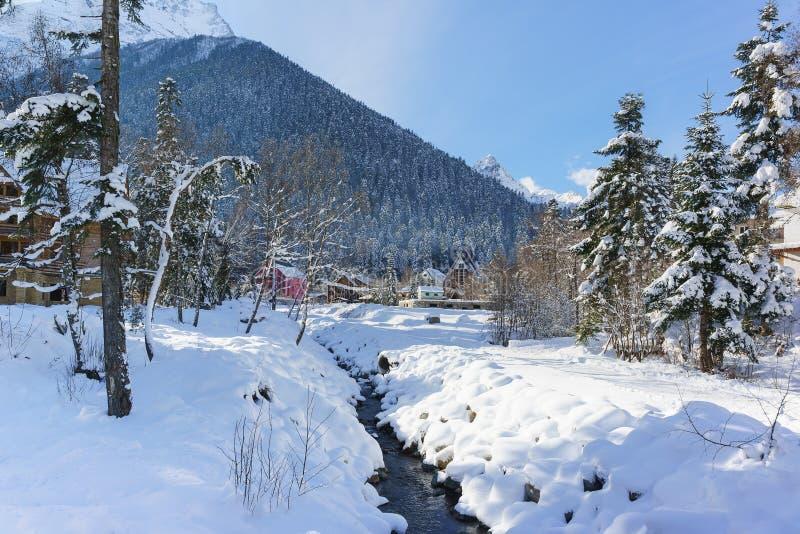 Canal Alibek na vila da estância de esqui de Dombay em Karachay-Cherkessia fotografia de stock
