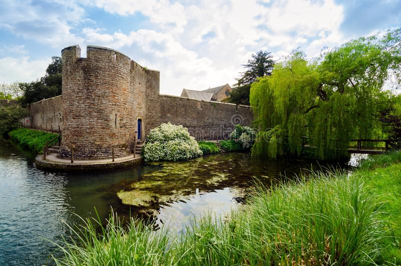 Canal alrededor del palacio del ` s del obispo, Wells, Somerset Reino Unido en la primavera Seaso imágenes de archivo libres de regalías