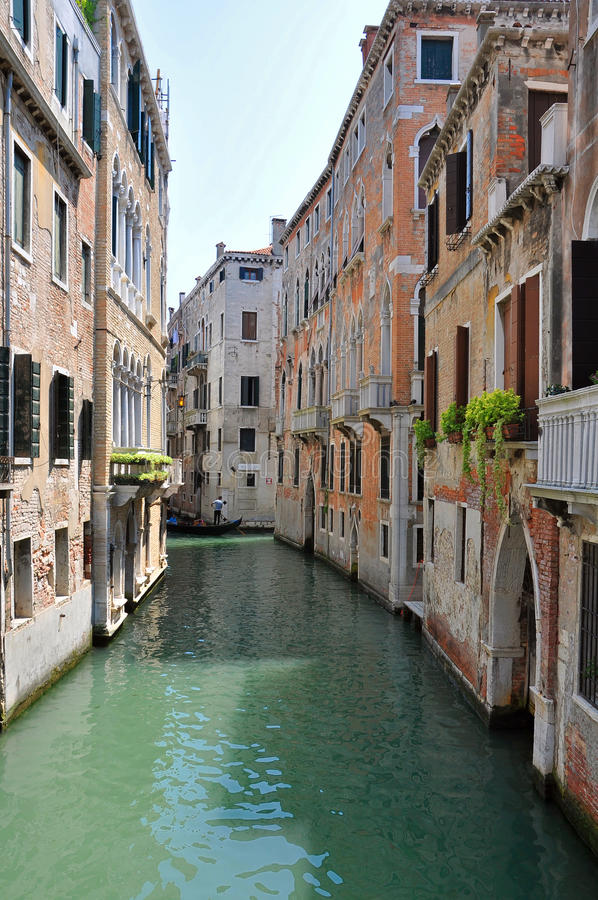 Canal antiguo en Venecia fotos de archivo