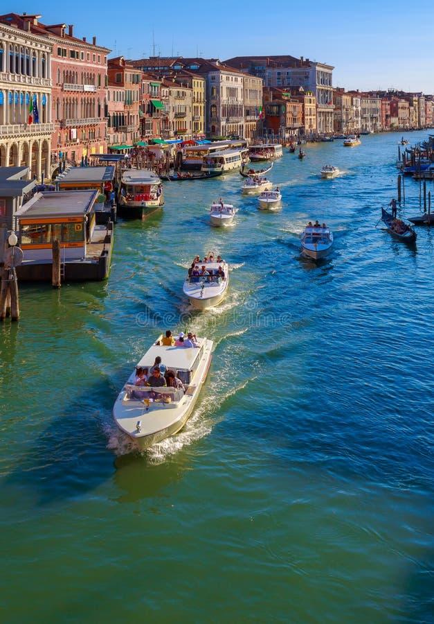 Canal apretado Grande-Venecia fotos de archivo