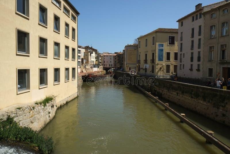 Canal au centre de Narbonne et de bâtiments de ses côtés, France images libres de droits