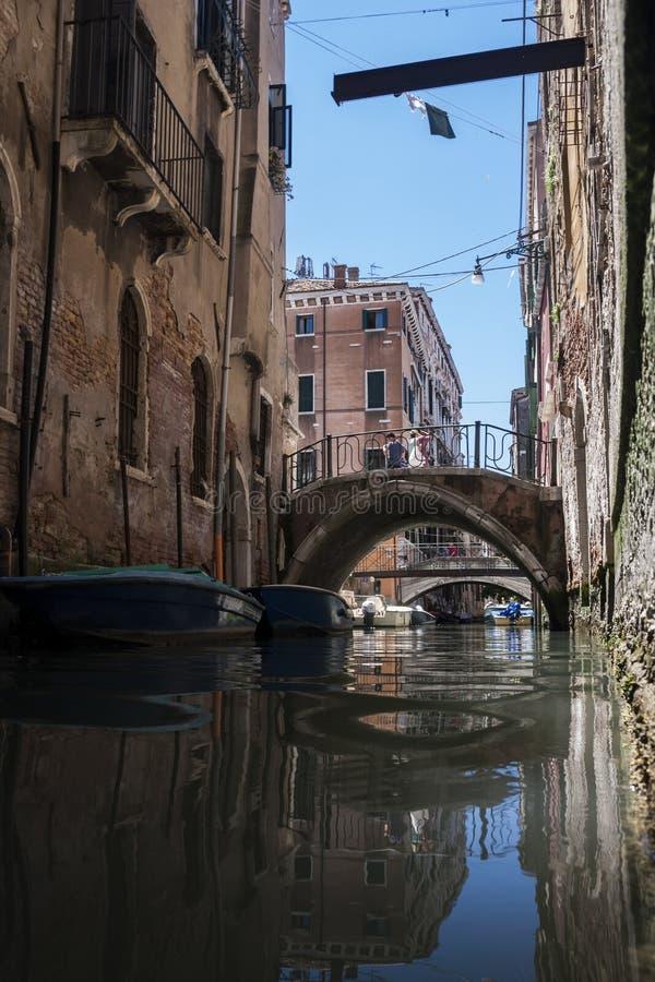 Canal avec des gondoles à Venise image stock