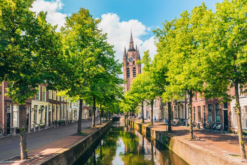 Canal avec la tour de l'église penchée à Delft Pays-Bas photo stock