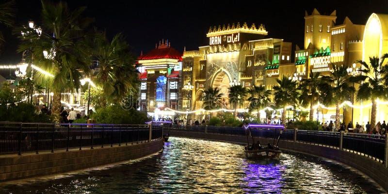 Canal bonito da vila global Dubai imagens de stock