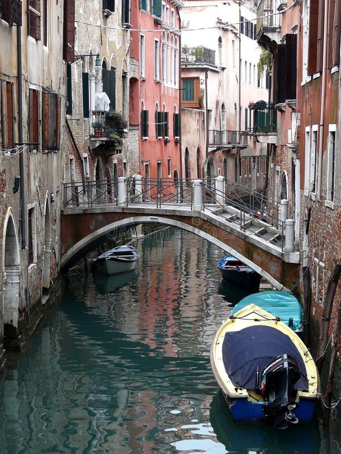 Canal cênico com reflexões coloridas, Veneza, Itália fotos de stock royalty free