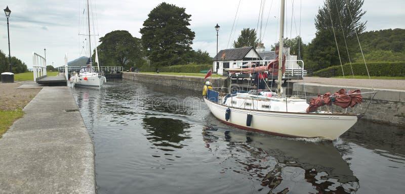 Canal caledoniano com os veleiros em Escócia imagem de stock
