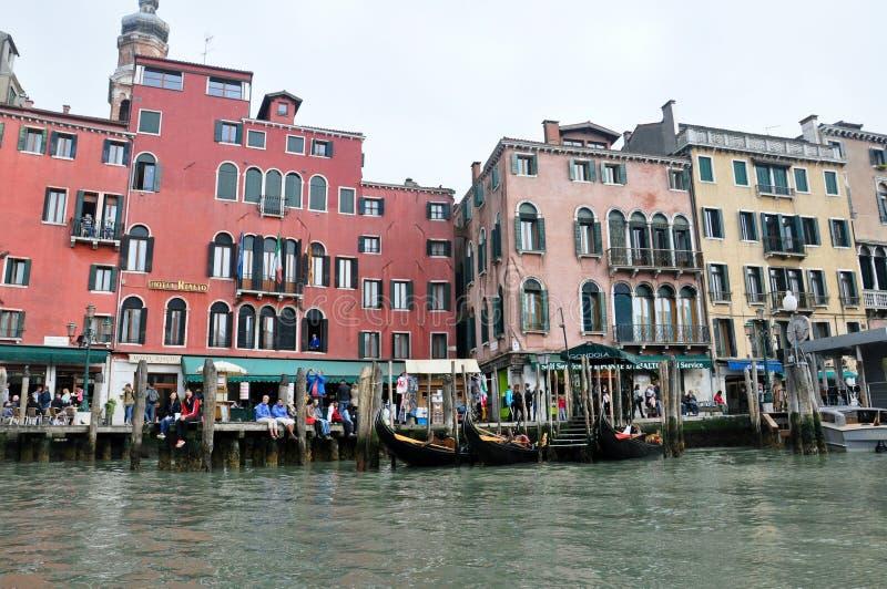 Canal con los barcos del gondolla en Venecia, Italia imagenes de archivo