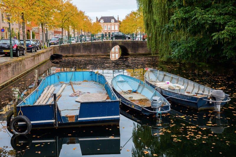 Canal con los barcos en Hoorn, Países Bajos imágenes de archivo libres de regalías