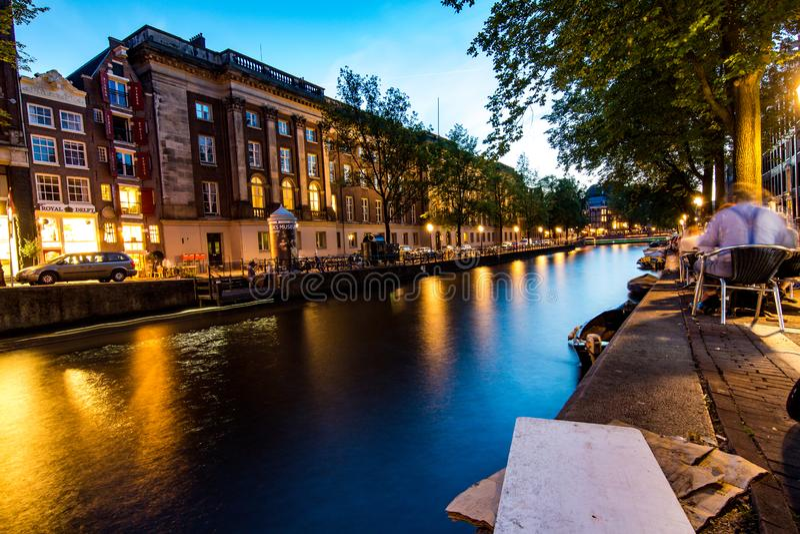 Canal d'Amsterdam le soir photo stock