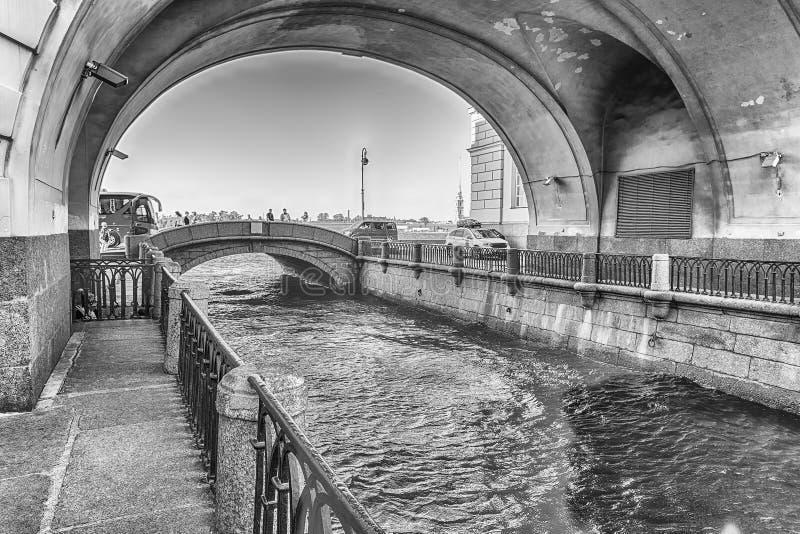Canal d'hiver avec la voûte au-dessus du pont d'ermitage, St Petersburg, RU image stock
