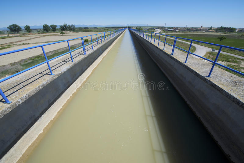 Canal d'irrigation image stock