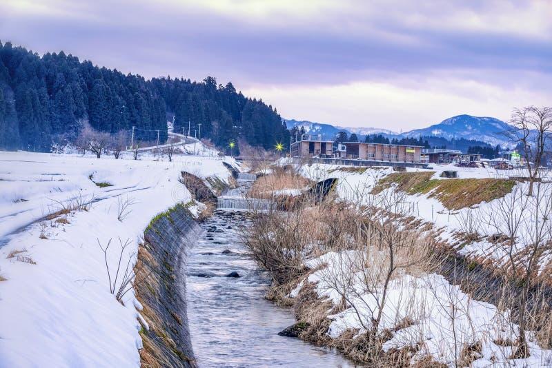 Canal d'irrigation avec de la glace et neige couverte en hiver Japon Préfecture de Hakuba Nagano, Japon 2 f?vrier 2019 images libres de droits