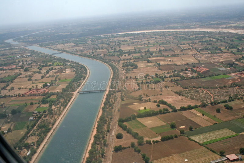 Canal d'irrigation de vue aérienne en Inde image libre de droits