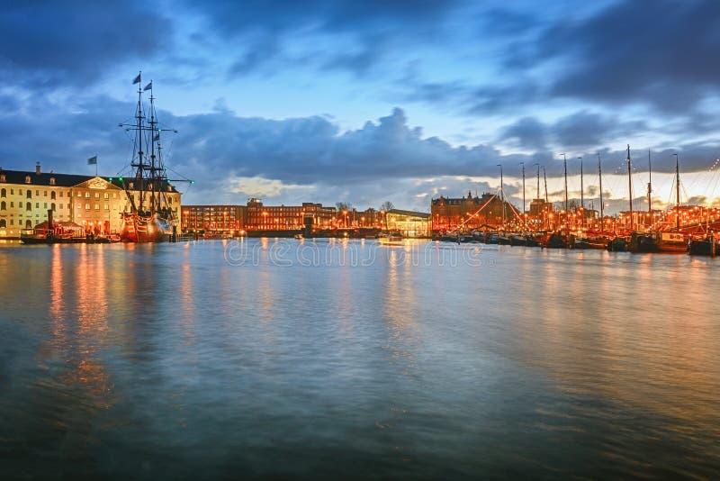 Canal d'Oosterdok à Amsterdam avec le musée et le COV maritimes SH photos stock