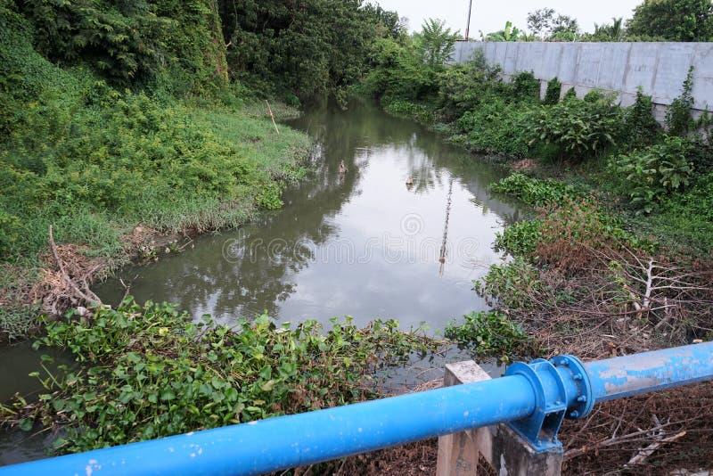 Canal da drenagem das águas residuais das áreas de comunidade em Tailândia fotos de stock