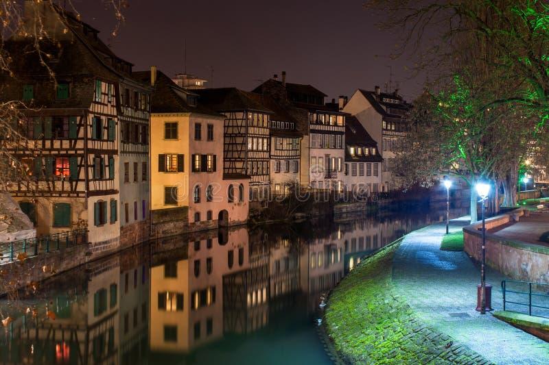 Canal dans la petite région de la France, Strasbourg, France photographie stock