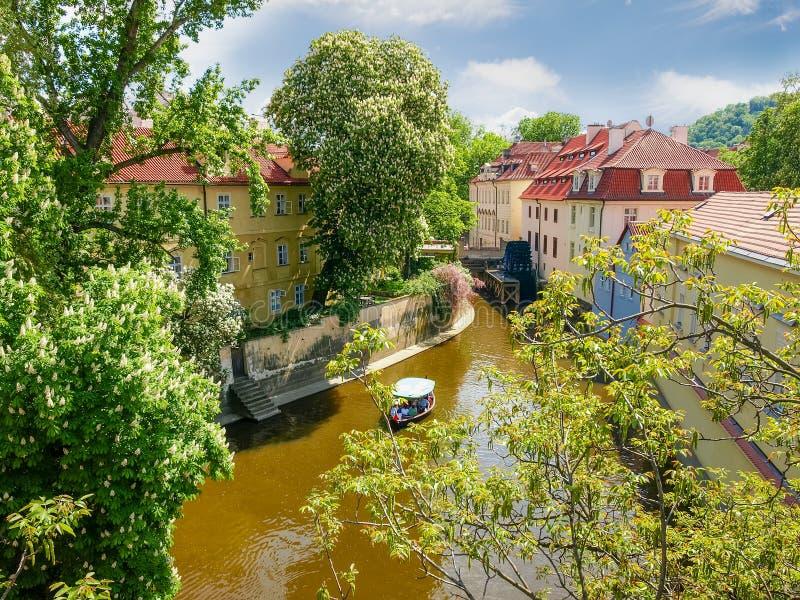 Canal de água Certovka em Praga na primavera imagens de stock royalty free
