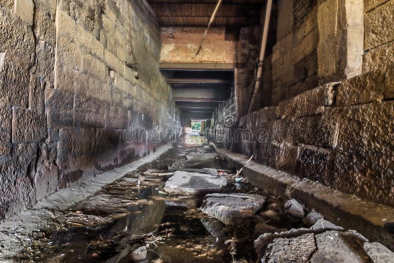 Canal de água seco no Danúbio em Regensburg, Alemanha imagem de stock royalty free
