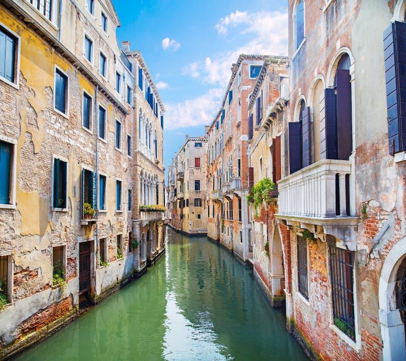 Canal de agua entre edificios antiguos de Venecia imagenes de archivo