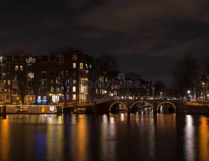 Canal de Amsterdão na noite fotos de stock royalty free