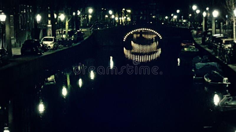 Canal de Amsterdam en la noche fotografía de archivo libre de regalías