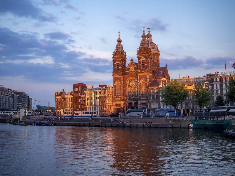 Canal de Amsterdam en la puesta del sol fotografía de archivo libre de regalías