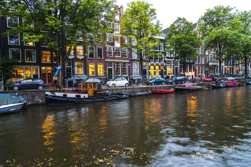 Canal de Amsterdam en la puesta del sol imagen de archivo