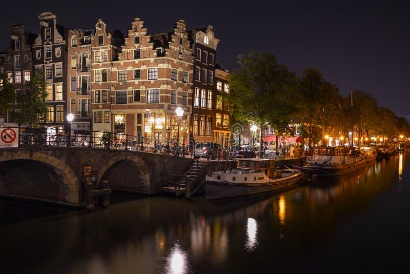 Canal de Amsterdam por noche imagen de archivo libre de regalías