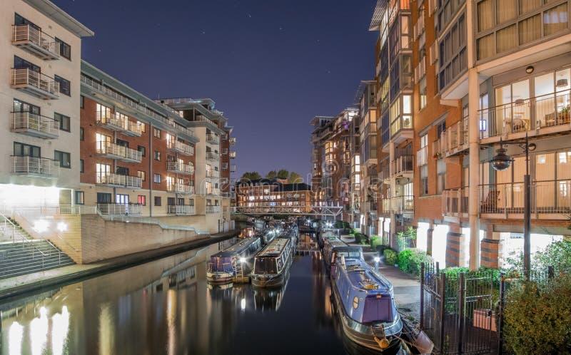 Canal de Birmingham, dans la ville la nuit photos libres de droits