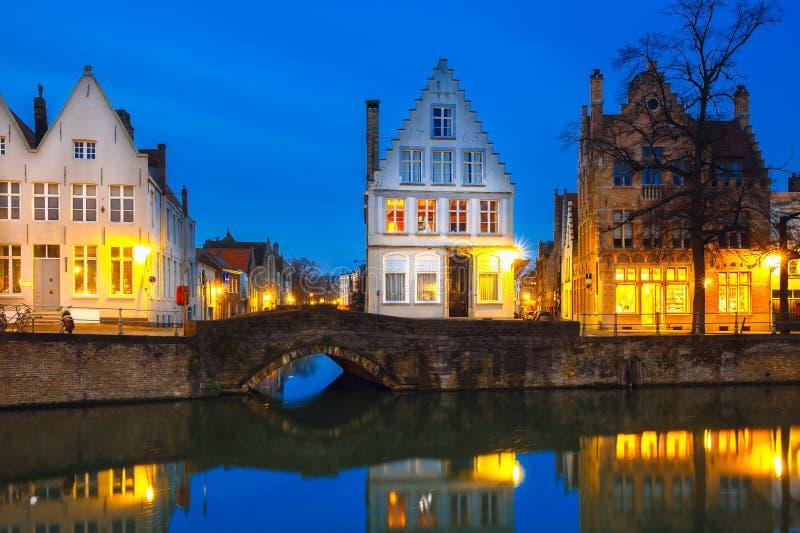 Canal de Bruges de nuit avec de belles maisons colorées photo libre de droits