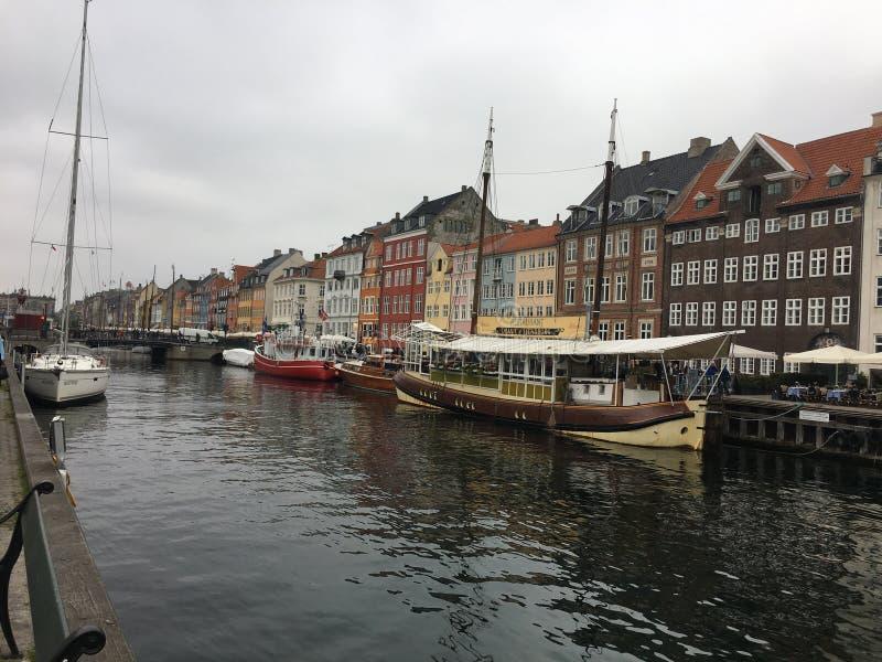 Canal de Copenhague y casas coloridas imágenes de archivo libres de regalías