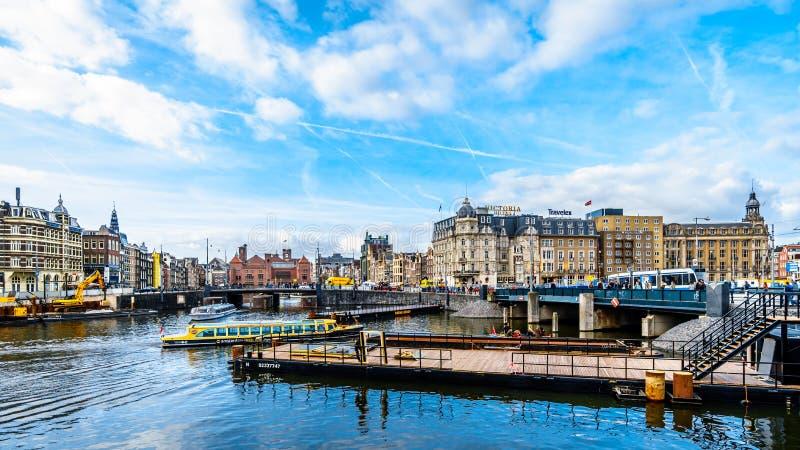 Canal de Damrak à Amsterdam aux Pays-Bas photos libres de droits