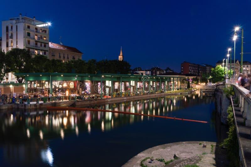 Canal de Darsena del naviglio na noite fotos de stock royalty free
