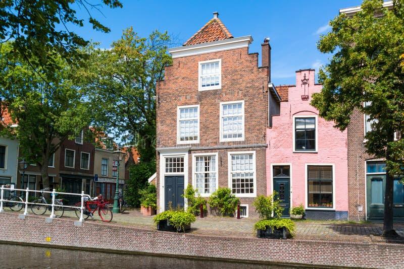 Canal de Groenhazengracht em Leiden, Holanda sul, Países Baixos imagens de stock
