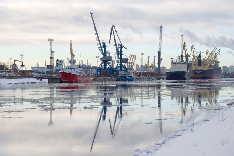 Canal de Kanonersky - el mayor puerto del cargo de mañana nublada de St Petersburg febrero foto de archivo libre de regalías