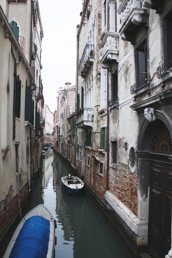 Canal de la calle de Venecia, vista el canal con la góndola imagen de archivo